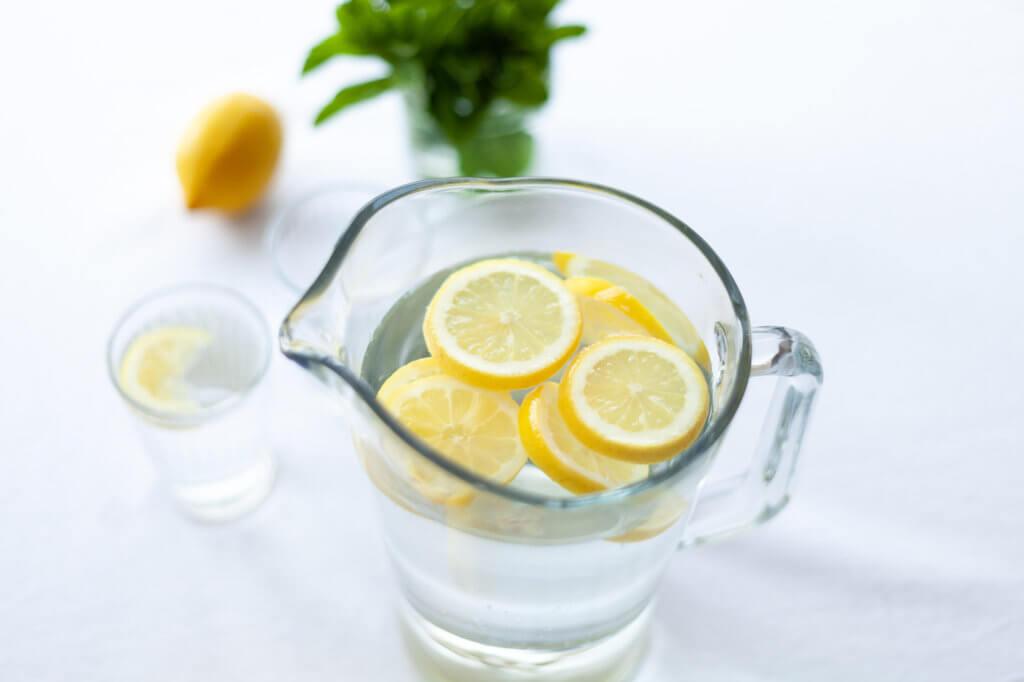Água com limão: benefícios