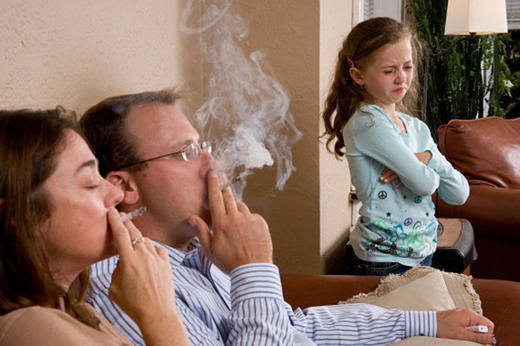 Poluição interna causada pelo fumo passivo em crianças é fator que favorece o desenvolvimento de problemas respiratórios.