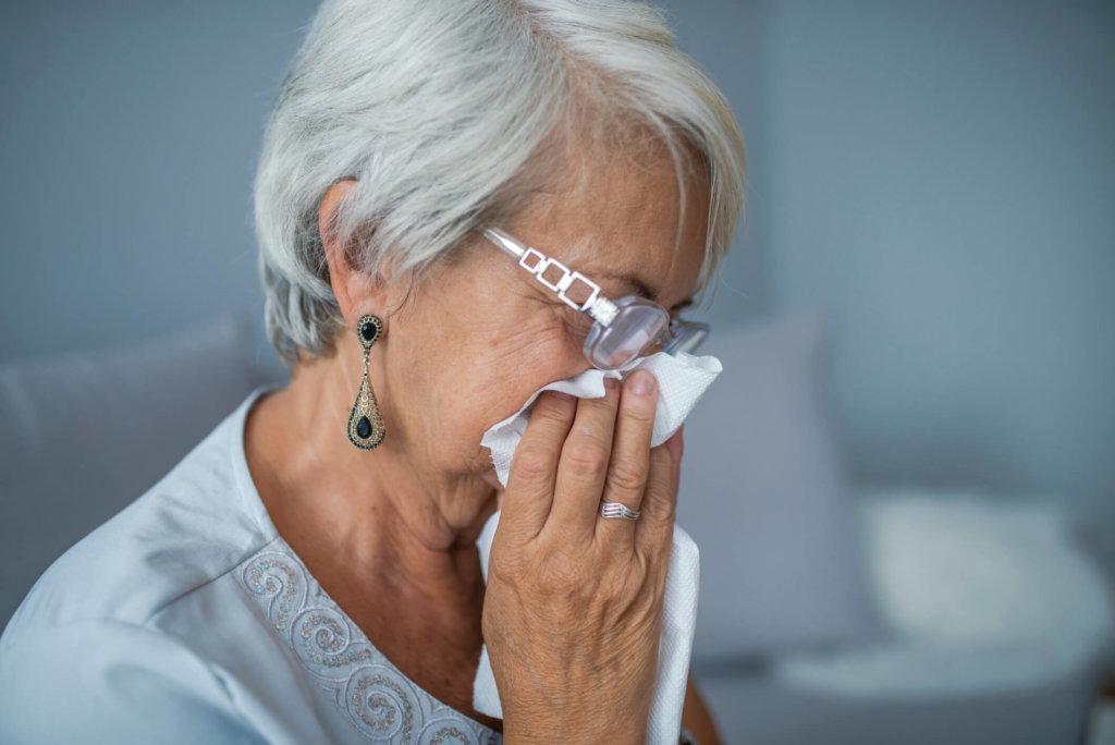A rinite do idoso ocorre após os 65 anos de idade, devido a mudanças fi siológicas da vascularização e dos tecidos conectivos do nariz.