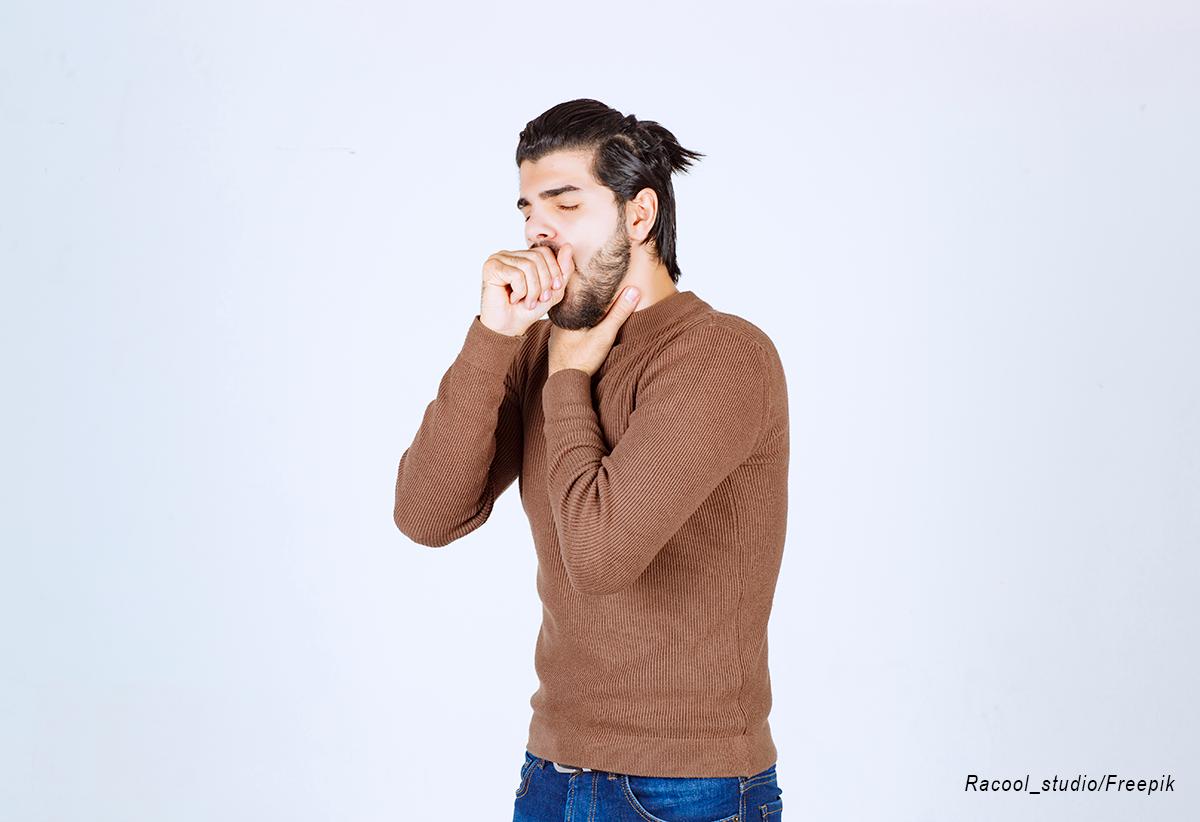 homem tossindo e com dor de garganta